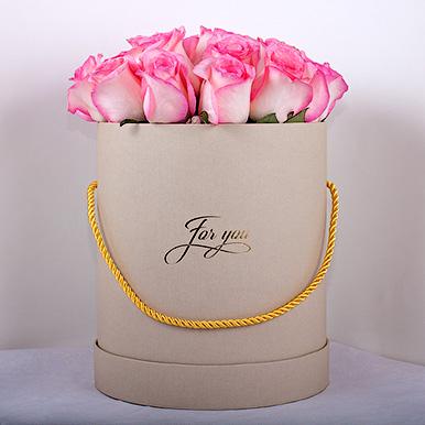 Розовая кенийская роза в шляпной коробке