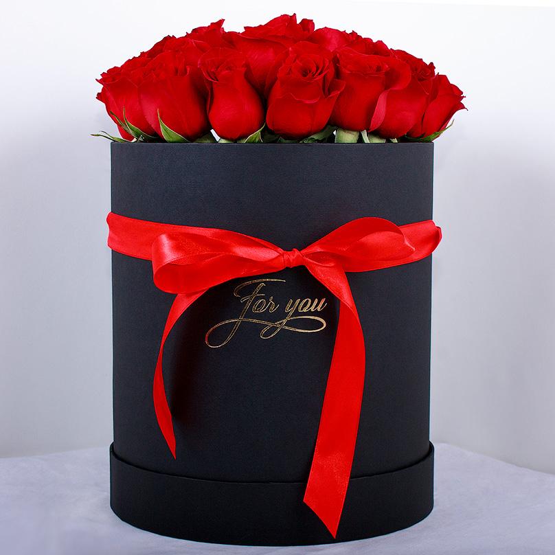 Фото Букет из красных эквадорских роз в черной коробке