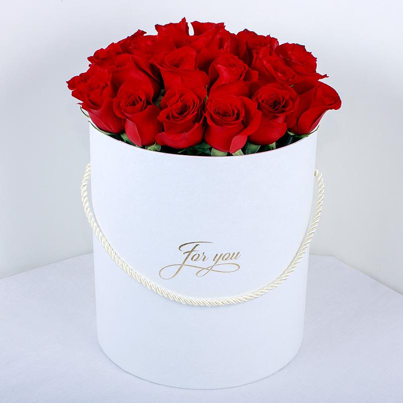 Фото Эквадорские красные розы в белой коробке