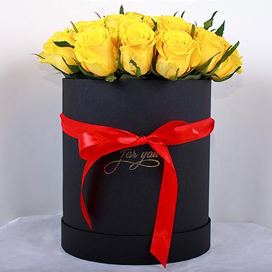 Кенийские желтые розы в черной коробке
