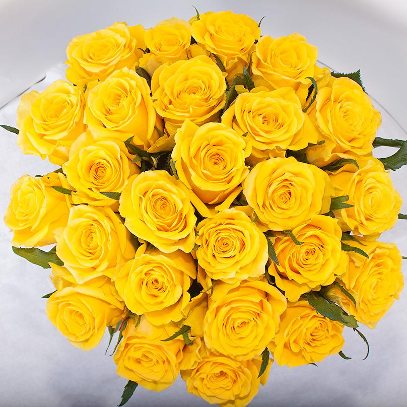 Фото Кенийские желтые розы в черной коробке