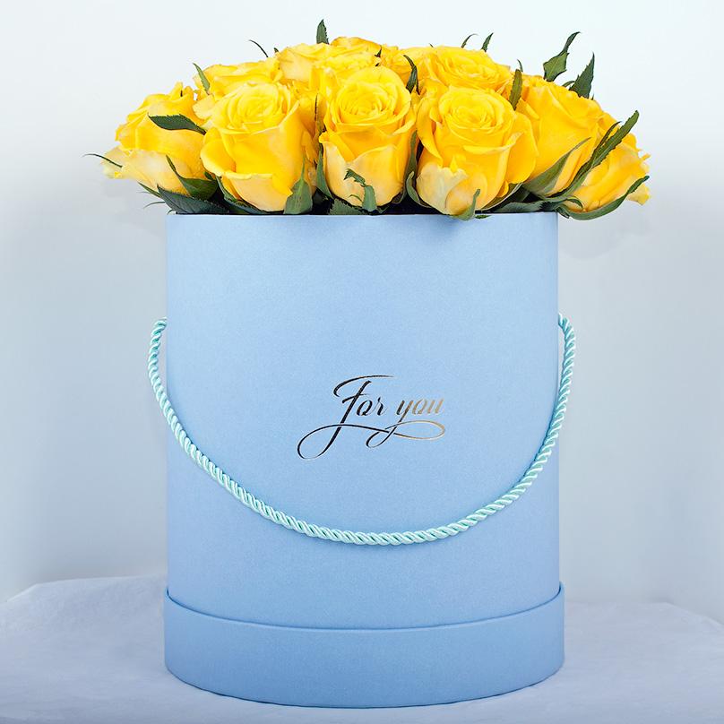 Фото Кенийские желтые розы в небесно-голубой коробке