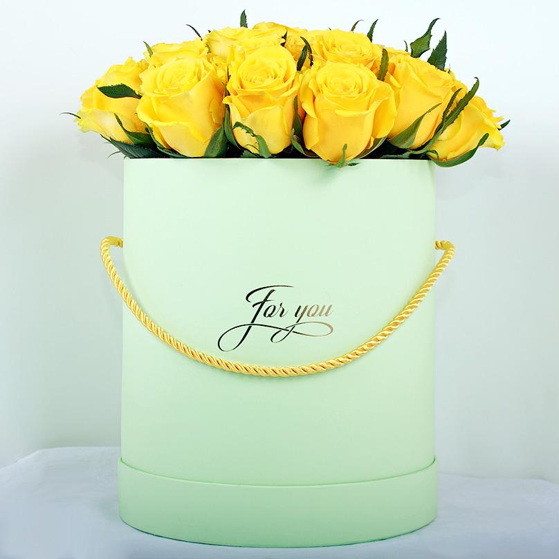 Фото Желтые кенийские премиум-розы в зеленой коробке