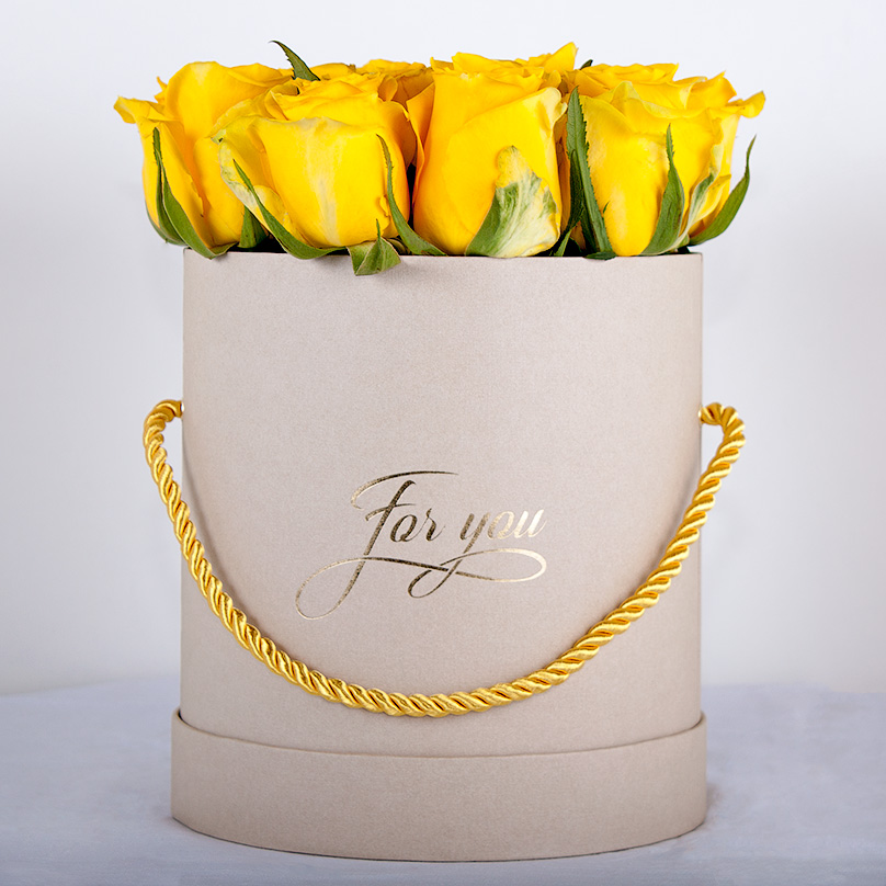 Фото Желтая кенийская премиум-роза в мини-коробке