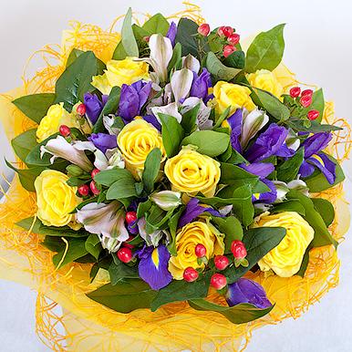 Яркий букет с ирисами и желтыми розами