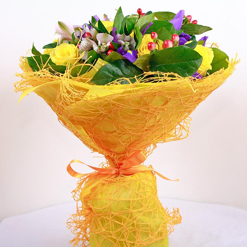 Фото Яркий букет с ирисами и желтыми розами