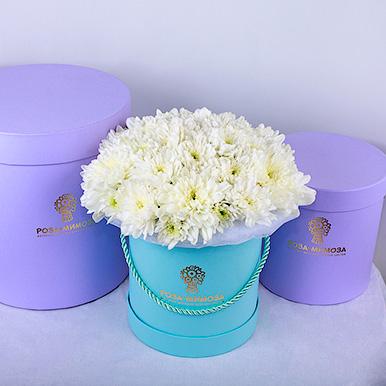 Голубая мини-коробка с белыми хризантемами
