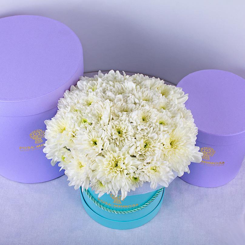 Фото Голубая мини-коробка с белыми хризантемами