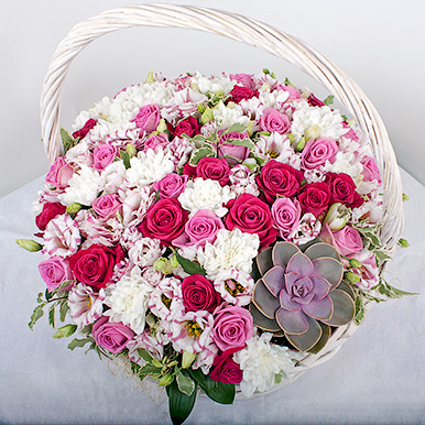 Корзина с розами, хризантемами и суккулентом