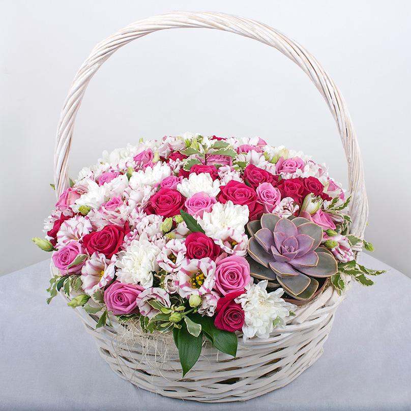 Фото Корзина с розами, хризантемами и суккулентом