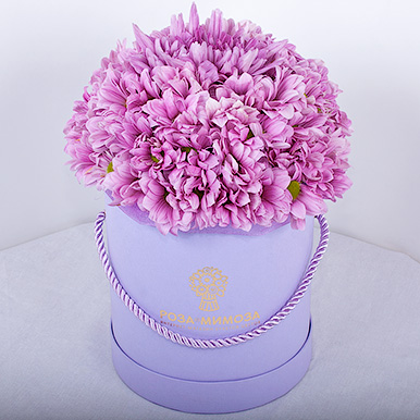 Розовые хризантемы в коробке