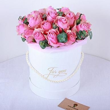 Розовые кенийские розы с эвкалиптом в белой коробке