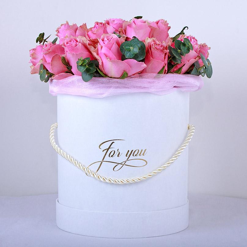 Фото Розовые кенийские розы с эвкалиптом в белой коробке