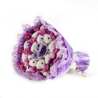 Фиолетовый букет из белых зайцев
