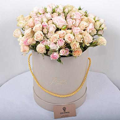 Элегантный букет из кустовых роз в коробке