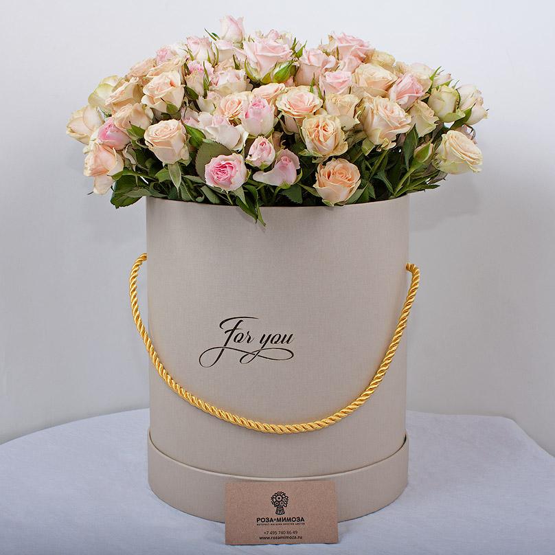Фото Элегантный букет из кустовых роз в коробке