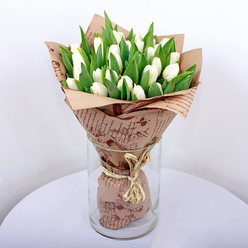 Фото 25 белых тюльпанов в крафте