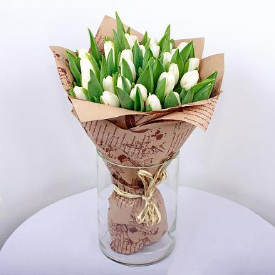 25 белых тюльпанов в крафте