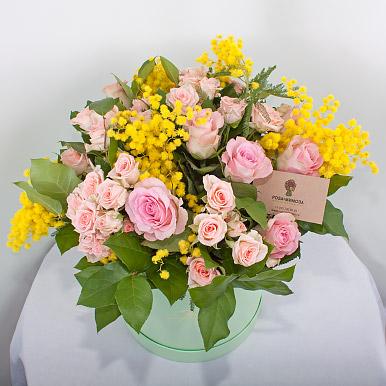 Букет из роз и мимозы в шляпной коробке