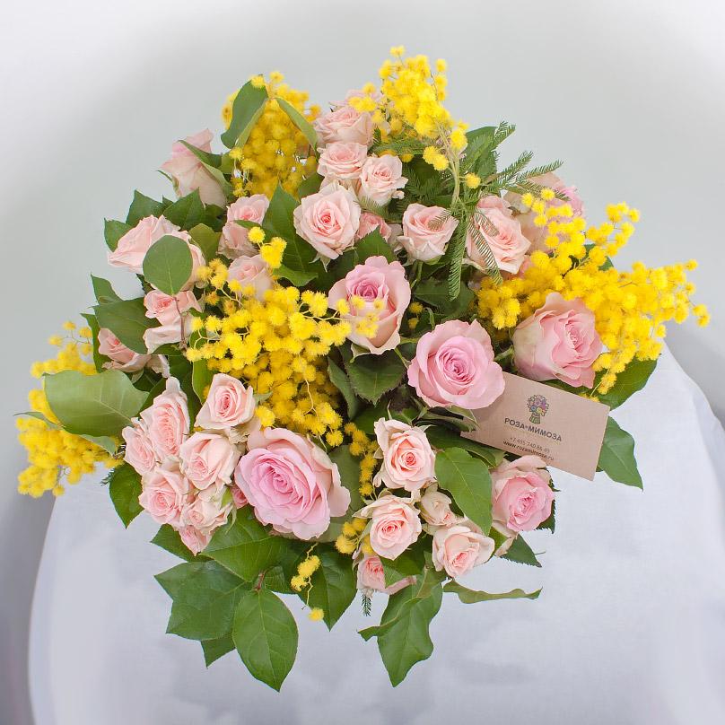 Фото Букет из роз и мимозы в шляпной коробке