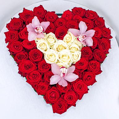 Сердце из роз с орхидеями