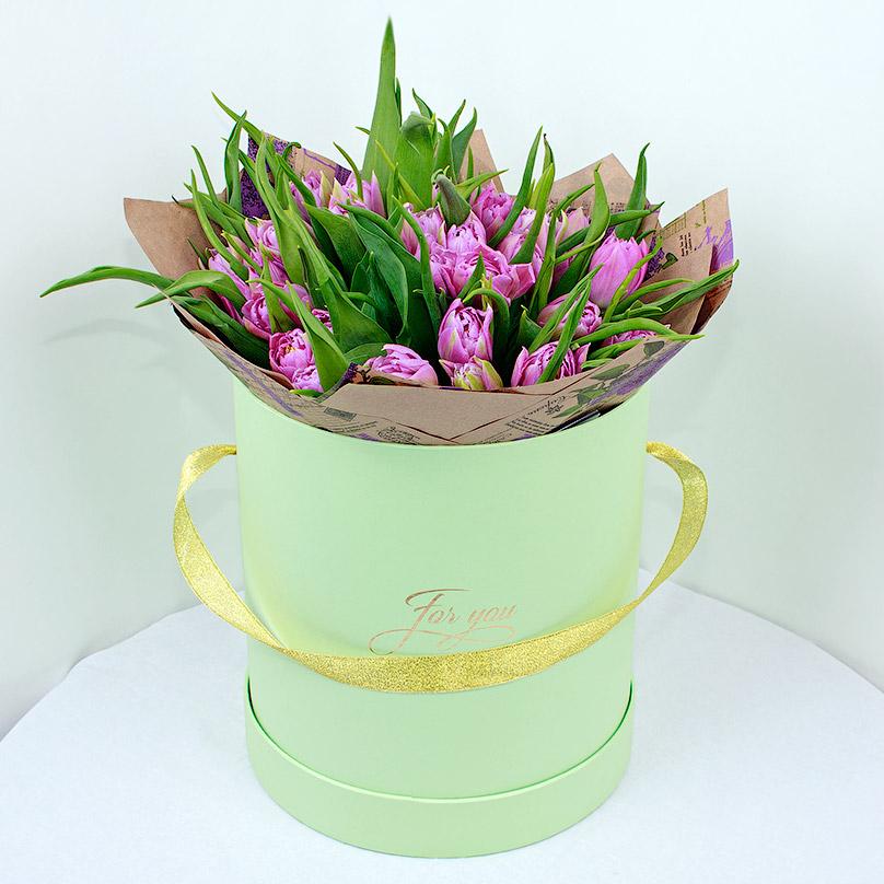 Фото 35 сиреневых тюльпанов в коробке