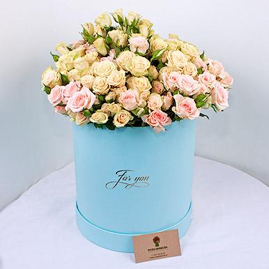 Кустовые розы в нежно-голубой коробке