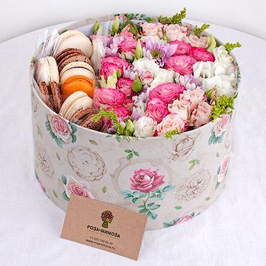 Круглая коробка с цветами и макарон