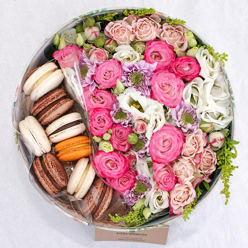Фото Круглая коробка с цветами и макарон