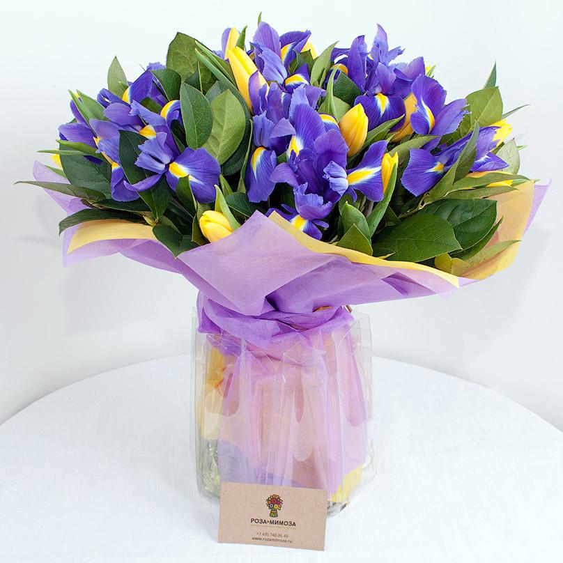 Фото Желто-синий букет с ирисами и тюльпанами
