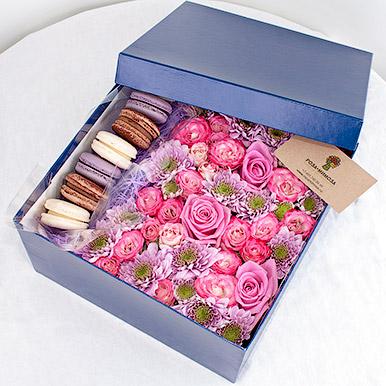 Розовые розы и макарон в синей коробке
