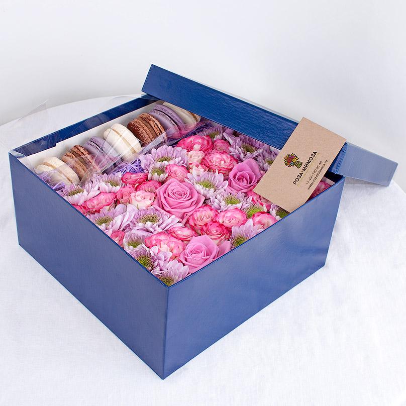 Фото Розовые розы и макарон в синей коробке