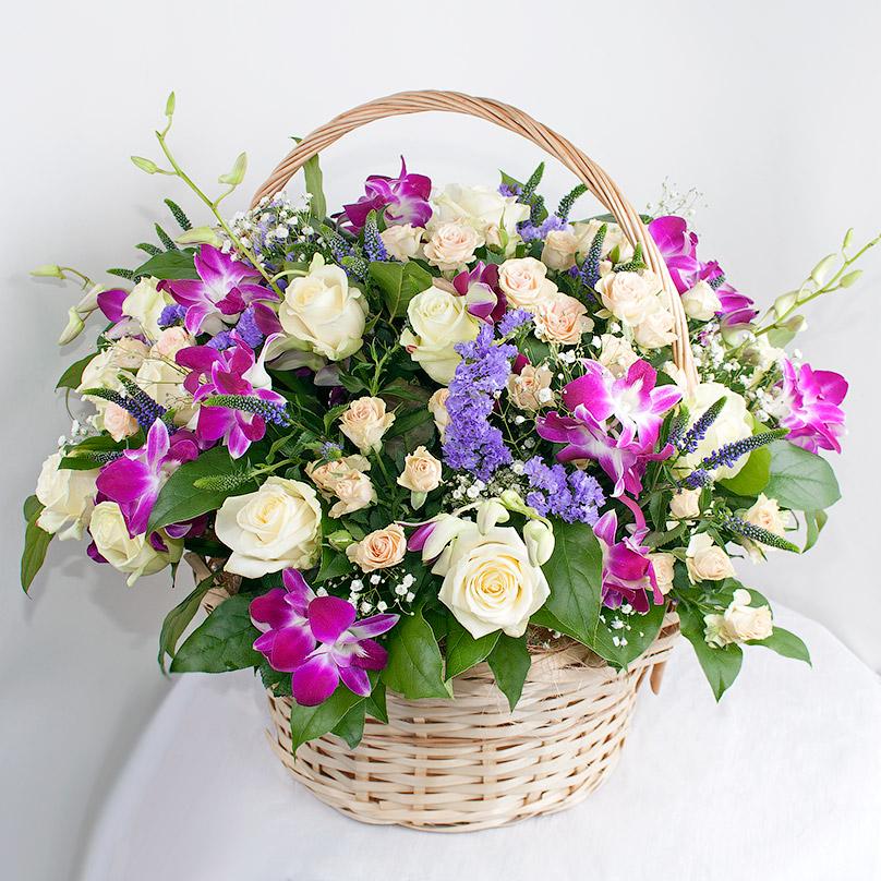 Фото Дендробиум и роза в корзине