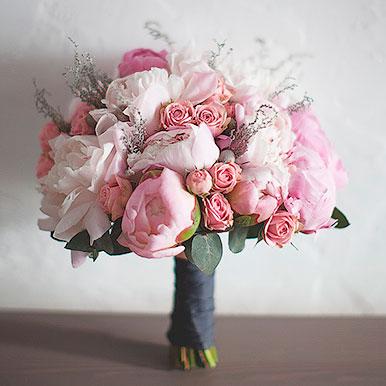 Нежно-розовый букет с пионами