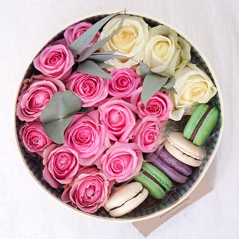 Фото Круглая коробка с розами и макарон