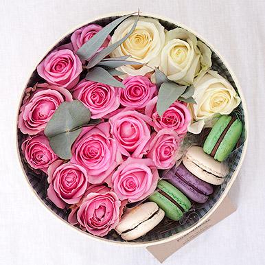 Круглая коробка с розами и макарон