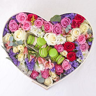 Огромное сердце с живыми цветами и пирожными
