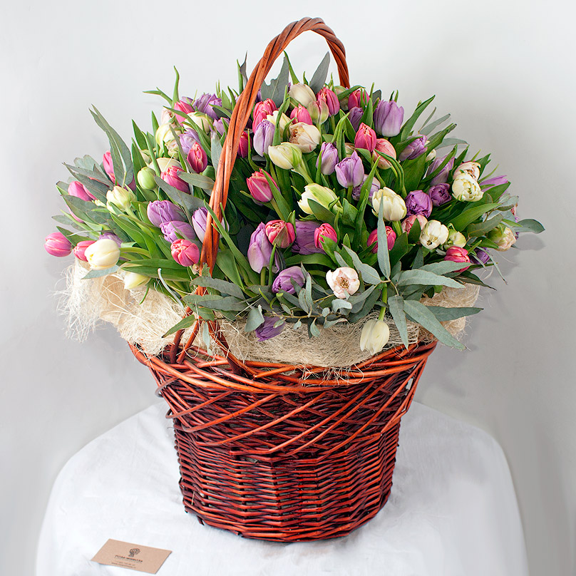 Фото 151 пионовидный тюльпан в корзине