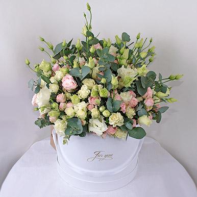 Кустовые розы в большой шляпной коробке