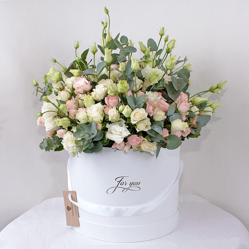 Фото Кустовые розы в большой шляпной коробке