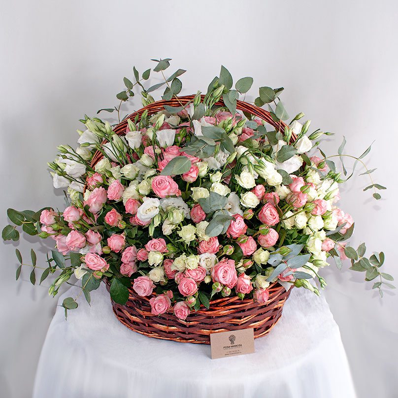 Фото Корзина с нежными кустовыми розами