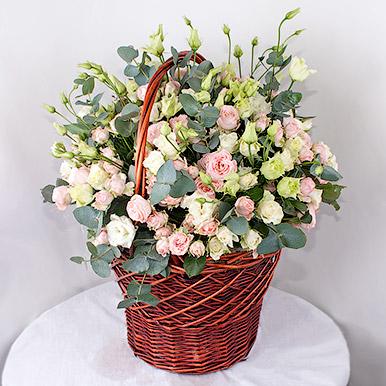 Корзина с нежными кустовыми розами