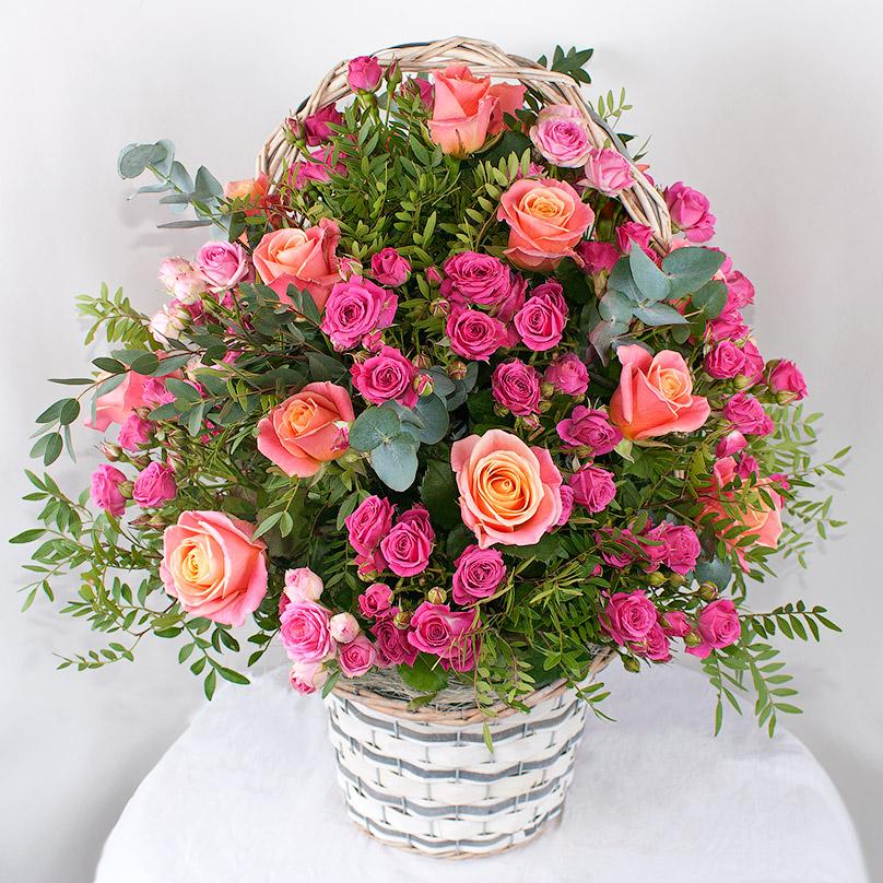 Фото Корзина с розовыми розами