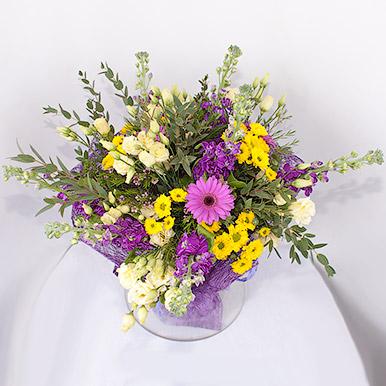 Нежный букет с матиолой и хризантемами