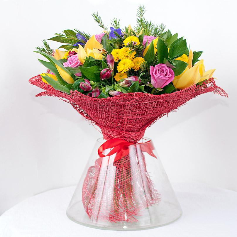 Фото Яркий букет с орхидеями и розами