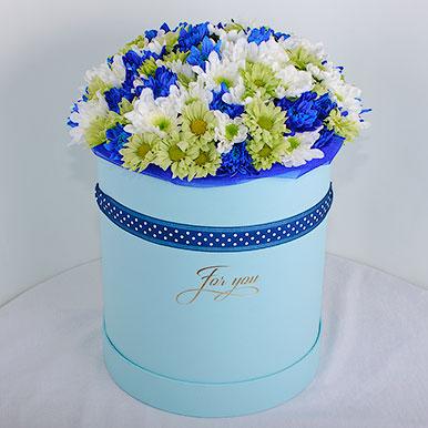 Трехцветный букет хризантем в шляпной коробке
