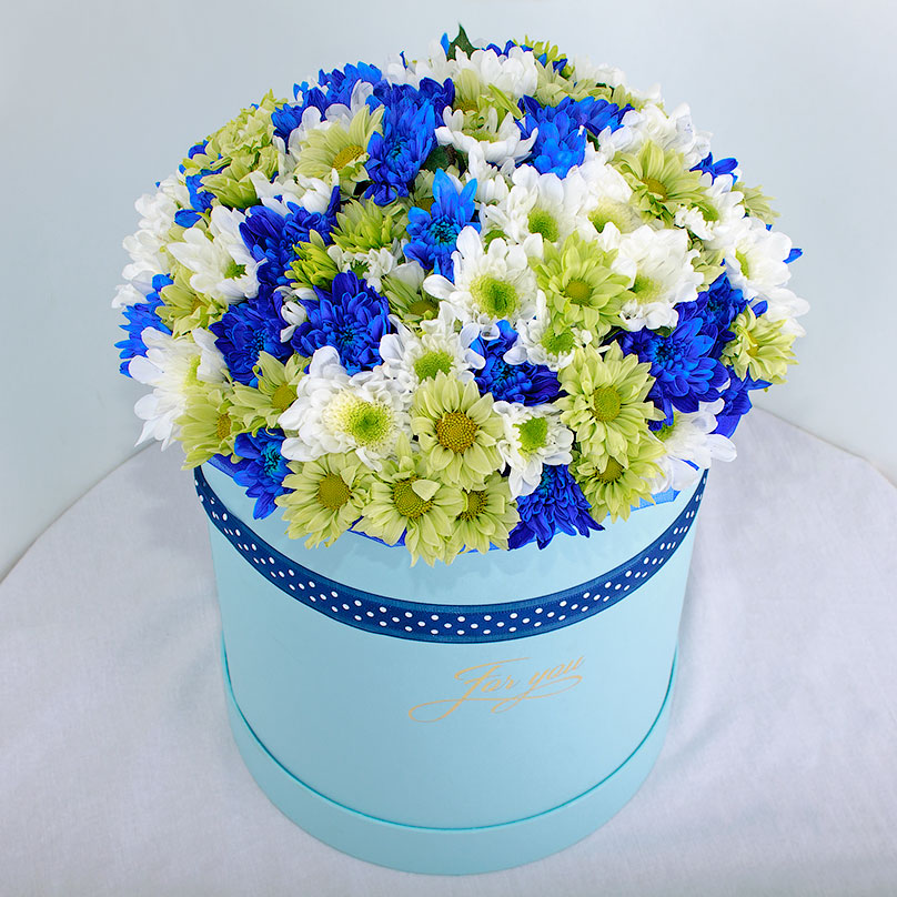 Фото Трехцветный букет хризантем в шляпной коробке