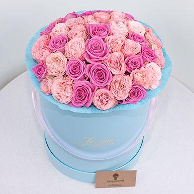 Розовые пионовидные розы в голубой коробке
