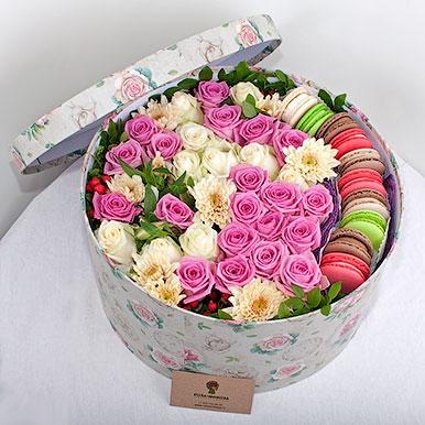 Большая коробка с цветами и макарон
