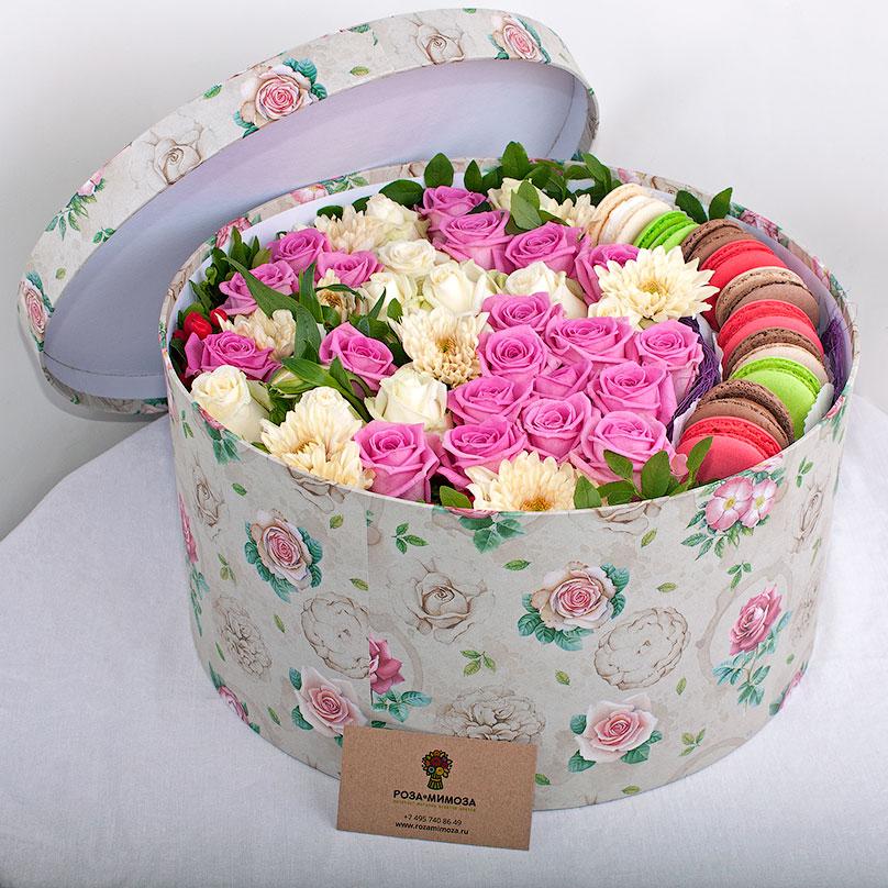 Фото Большая коробка с цветами и макарон